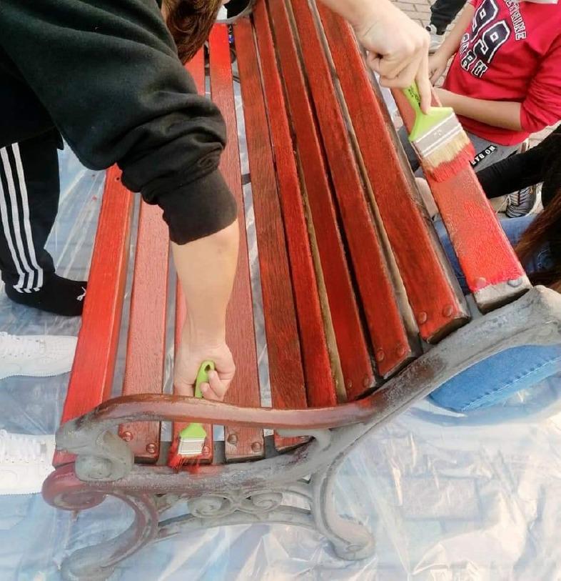 Crema News - Ragazzi dipingono una panchina di rosso